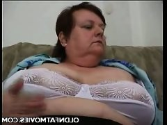 Chunky older woman masturbating on the..