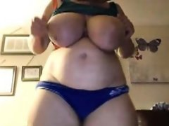 Housewife makes her huge naturals dance